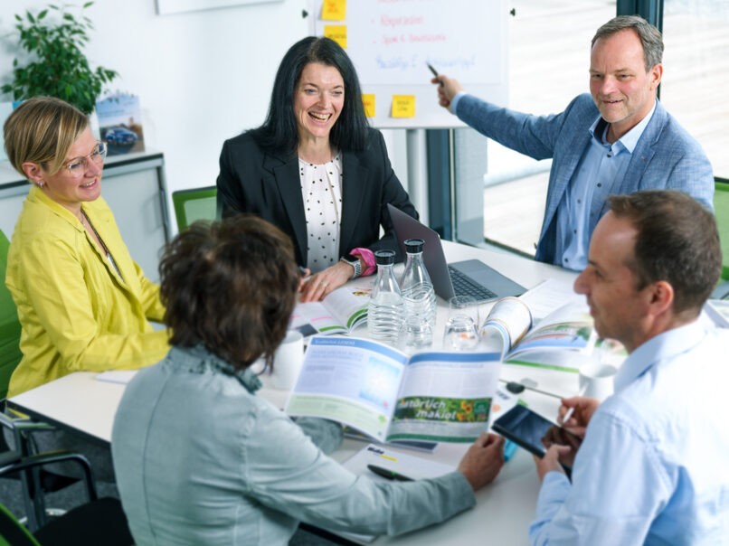 Gruppenfoto Team Wilke Besprechung am Tisch